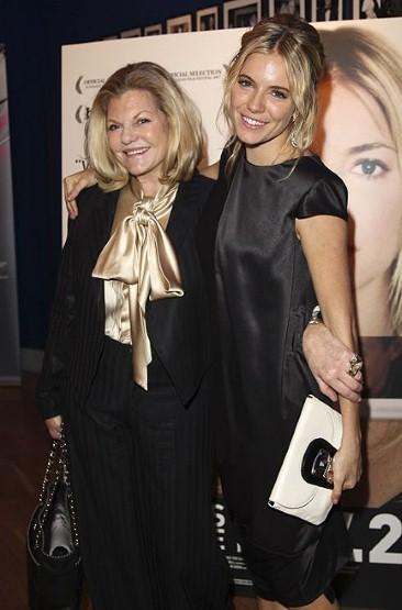 Pirelli Takvimi'yle üne kavuşan isimlerden biri olan Sienna Miller ve onun Güney Afrikalı annesi Jo Miller.