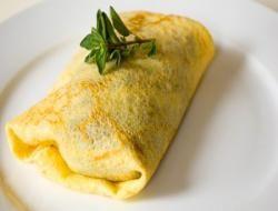 Lahanalı krep ruloları    Malzemeler:   6 adet haşlanmış lahana yaprağı, 1 su bardağı kaşar peyniri rendesi, 1/2 demet maydanoz.  Krep için: 1,5 su bardağı un, 4 adet yumurta, 1 su bardağı süt, 2 çorba kaşığı sıvı yağ, tuz.  Hazırlanışı:    Lahana yapraklarını haşlayın. Ayrı bir kapta ince kıyılmış maydanoz ile kaşar peyniri rendesini karıştırın. Krep hamuru için, derin bir kapta 1.5 su bardağı unu, yumurtaları, sütü, sıvı yağı ve yeterince tuzu iyice karıştırın. Teflon tavayı çok az yağlayın. Krep hamurundan yarım kepçe tavaya dökün. Arkalı önlü kızartın. Sonra krepi düz bir zemine alın. Haşlanmış lahana yaprağını üzerine serin. İçine hazırladığınız içten bir miktar koyun. Rulo şeklinde sarın. Bir buçuk parmak kalınlığında dilimler kesin. Çok hafif yağlanmış bir tepsiye dilimleri dizin. Üzerine kaşar peyniri rendesi serpin. 200 dereceli fırında kaşarlar eriyene dek pişirin.
