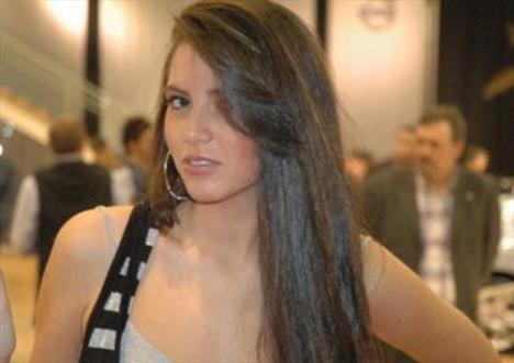 Maltepe Üniversitesi Güzel Sanatlar Fakültesi oyunculuk bölümünde okuyor.