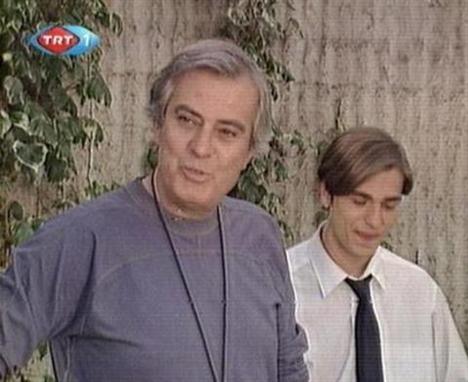 Bu fotoğraf da yıllar öncesinden... Sol taraftaki oyuncu Tarık Akan, peki sağdaki genci tanıdınız mı...