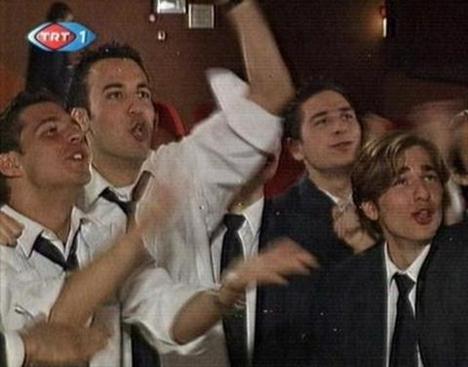 O genç günümüzün en gözde oyuncularından biri olan Engin Altan Düzyatan'dan başkası değil.   Koçum Benim adlı dizide gencecik haliyle kamera karşısına geçen Düzyatan daha sonra oyunculukta uzun sayılabilecek bir yol kat etti.   26 Temmuz 1979 İzmir doğumlu olan Düzyatan, lise yıllarında oyunculuğa ilgi duymaya başladı.