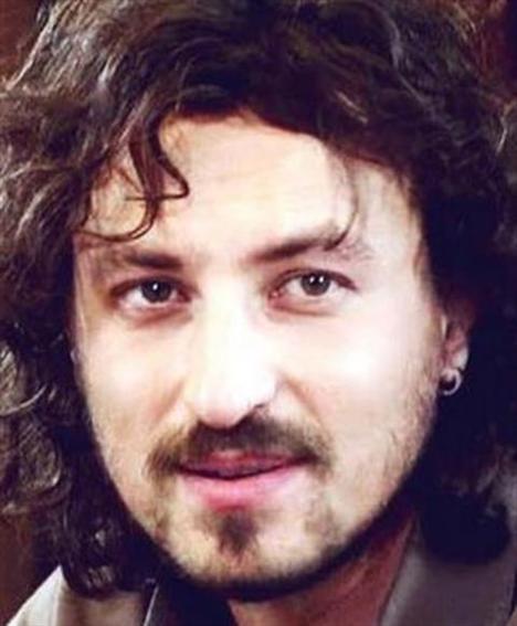 O aktör bir çok TV dizisinin yanısıra Sonbahar adlı sinema filmiyle dikkatleri üzerine çeken Onur Saylak'tan başkası değil.