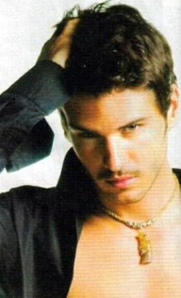 2005 yılında Menhunt International yarışmasında birinci seçilen Sayışman oyunculuğa Esir Kalpler adlı diziyle başladı.