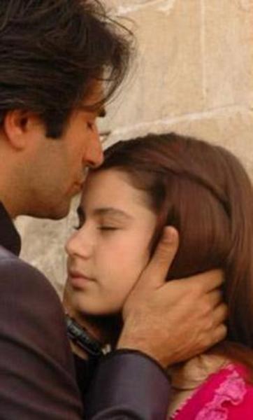 Bir şeker firmasının reklamında yer alan Saat önce 2004 yılında Aşka Sürgün adlı dizide rol aldı.