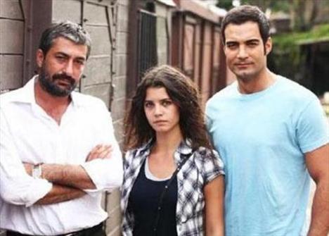 Güz Sancısı'nın ardından Gecenin Kanatları adlı bir sinema filminde de rol aldı Saat.