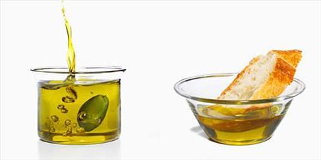 Cilt kuruluğuna karşı en güçlü silahlarınız zeytinyağı ve su!  Özellikle cilt kuruluğuna karşı tavsiye edilen zeytinyağı, pürüzsüz bir cilt sağlıyor. Su da cildinizin kurumasını önlerken, hücre yenilenmesini ve metabolizmanın daha düzenli çalışmasını sağlıyor. Sağlıklı görünen bir cilt için günde en az 8 – 10 su bardağı su tüketmek gerekiyor.