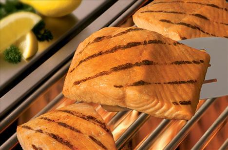 Somon balığı Omega–3 yağ asitlerini içerir. Bunlar, kolajeni yok eden bağımsız radikallerle savaşır ve cilt üzerinde ince çizgilerin derinleşmesini önler. Havuç da kırışıklığa iyi gelir. Havuçta bulunan beta karoten kuru cilt için birebirdir. Bu madde, kayısı ve tatlı patates gibi diğer turuncu renkli sebze ve meyvelerde de bulunur.