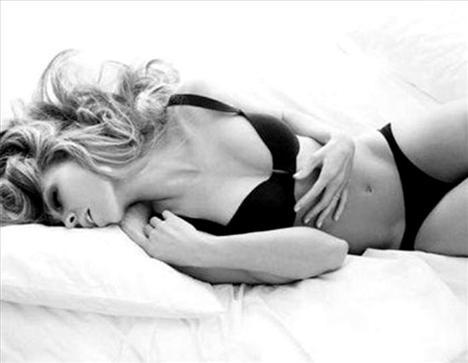 Hilary Swank  Bu milyon dolarlık bebeğin muhteşem bir vücudu olduğunu müstehcen Calvin Klein reklam kampanyası sayesinde öğrendik. Hilary erotik yanını gösterdi ve hepimiz bayıldık.