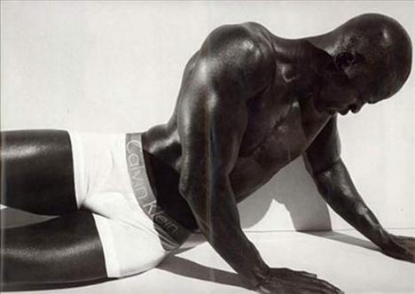 Djimon Hounsou  Kimora Lee'nin kocası Djimon Hounsou, 2 yıl önce Calvin Klein'ın dünya çapındaki reklam kampanyasının yüzü ve vücudu oldu.