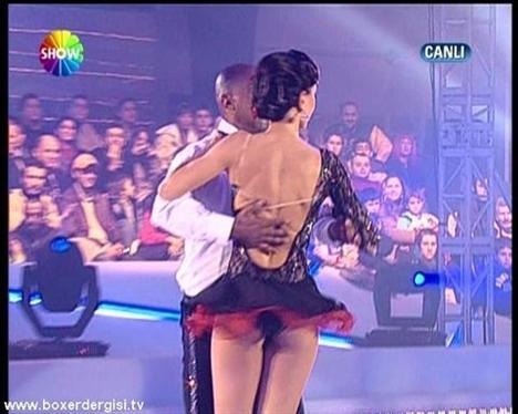 Zeynep Tokuş Buzda Dans adlı yarışmada frikik veriyor.