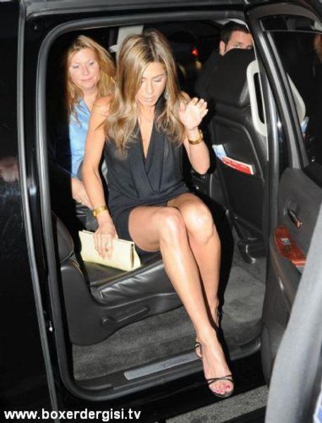 Jennifer Aniston taksiden inerken frikik veriyor.
