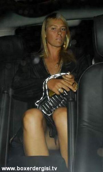 Maria Sharapova gece gezmesinde frikik veriyor.