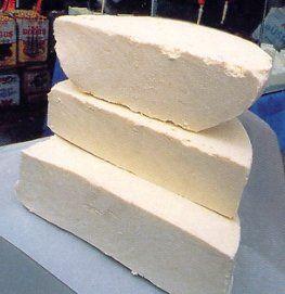Erzincan tulum peyniri:   Beyaz ve krem renkte yağlı, kolay dağılmayan kendine özgü tereyağı aromalı, sert ve keskin bir peynirdir.