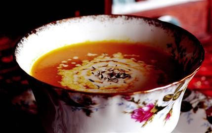 Havuç ve portakal çorbası  Malzemeler:  500 gram havuç,  1 kahve fincanı zeytinyağı,  1 adet küçük boy soğan (irice doğranmış),  Yarım su bardağı portakal suyu,  4 su bardağı sebze suyu,  1 tatlı kaşığı kekik,  Tuz, beyaz biber ve krema.  Hazırlanışı:  Havuçları soyup yıkadıktan sonra küçük parçalar halinde doğrayın. Zeytinyağı ile 10 dakika hafif ateşte kavurun. Soğan, portakal suyu ve sebze suyunu ekleyip kaynamaya bırakın. Kaynamaya başlayınca tuz, kekik ve beyaz biberi ekleyin. Havuçlar yumuşayıncaya kadar pişirin. Pişen çorbanızı ılınıncaya kadar soğutun ve el blender'ınden geçirerek, akışkan bir kıvama getirin. Krema ile tatlandırın.