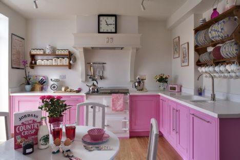 • Tezgah ve etrafta çok fazla dağınıklık olmamalı. Romantik mutfaklarda düzen tam olmalı. Tezgahın ve masanın üstüne ufak şamdanlı mumlar koyarak da yine romantik ambiyansı kuvvetlendirebilirsiniz.