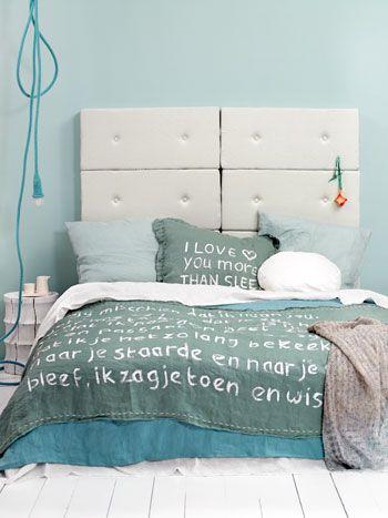 •Gardırobunuzu yatak başı olarak kullanarak, yatak odanızda küçük bir giyinme odası oluşturun. Gardırobun arkasını eğer uygun değilse duvar kağıdı ile kaplayın. Üstelik sıkıldıkça değiştirebileceğiniz bir yatak başı elde etmiş olursunuz.