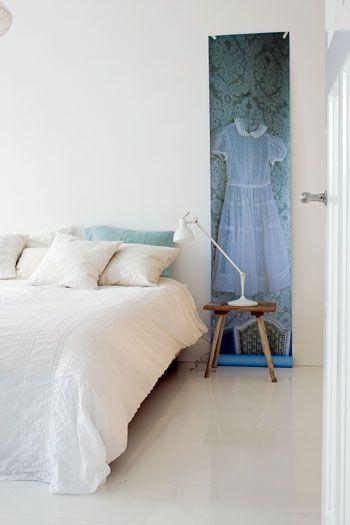 •Yatağınızın yanına, tek bir şerit olarak beğendiğiniz bir duvar kağıdını uygulayın; duvarlara hareket katarken, komodininizi ve yatağınızı vurgulayabilirsiniz.