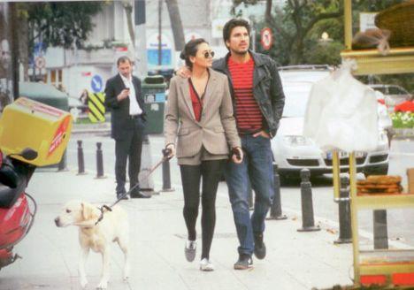Kendilerini dans yarışmasına fena kaptıran Eda Taşpınar ve Bora Kozanoğlu, prova olmadığı zamanları kış güneşinin hissedildiği haftasonu  köpeklerini gezdirirken Bebek'te görüntülendi.