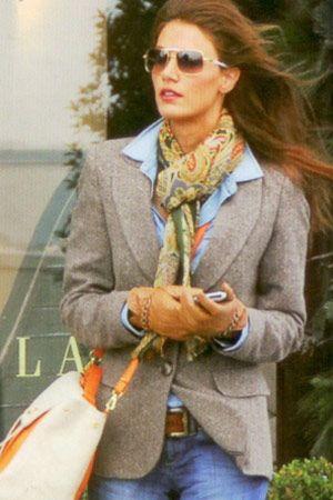 Türkiye'nin başarılı modellerinden Tülin Şahin İstinyePark Armani mağazasında toplantıya katılmak üzereyken görüntülendi.