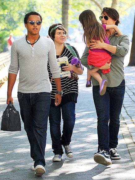 4 yaşındaki Suri 17 yaşındaki ablası Belle ve 15 yaşındaki abisi  Connor ile şakalaşırken.