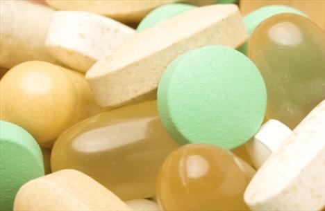 Vitamin (B12): Kansızlık, bitkinlik, sinir hasarı, aşırı hassas cilt. Özellikle vejetaryenlerde ve bu vitamini absorbe edemeyen bünyelerde B12 eksikliği yaşanabiliyor.