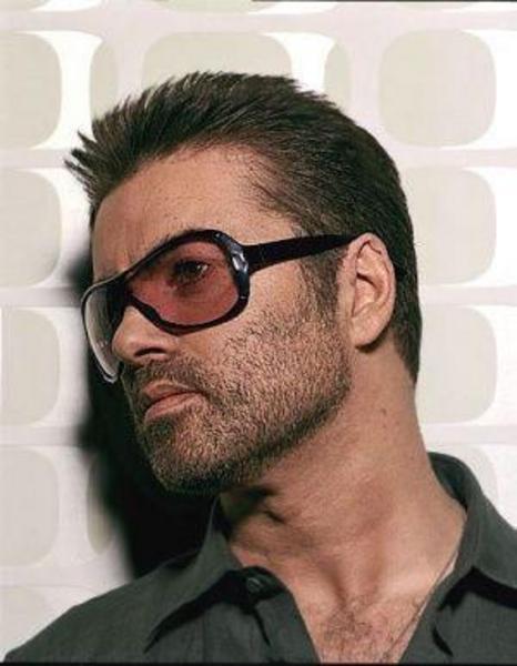 George Michael  1998 yılında erkekler tuvaletinde bir erkeğe asılan George Michael, uzun süre gündemde kalmıştı.   Birlikte olmak istediği kişinin gizli polis çıkması sonucunda tutuklanan Michael, 800 dolar para cezasının yanı sıra, seksüel terapi almak zorunda bırakılmış ve olay sonrasında bir süre için sosyal görev yapmıştı.