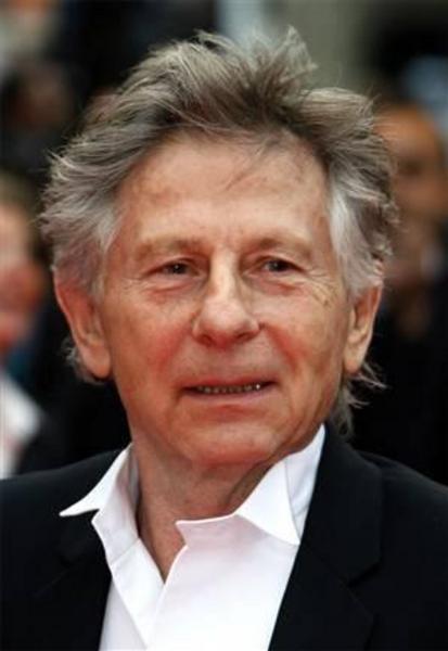 """1977'de 13 yaşındaki kızla ilişkiye girmekten yargılanan ve hapse atılan Polanski, daha sorra serbest bırakıldı.   Usta yönetmen İsviçre'deki bir dağ evinde """"elektronik izleme"""" ile ev hapsine alındı."""