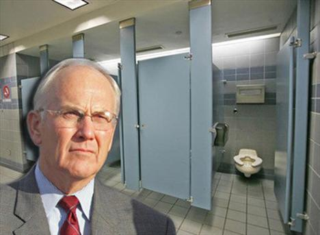 """Eski Cumhuriyetçi Parti Kongre adayı Larry Craig, 11 Temmuz 2007 tarihinde Minneapolis'teki St. Paul Uluslararası Havaalanında """"ahlak dışı davranış"""" suçundan tutuklandı.   Olayın gelişimi ise çok ilginçti. Bir polis tuvalet ihtiyacını gidermek için havaalanındaki tuvalete girdi. Craig tarafından takip edildiğinin fark etmeyen polis memuru, yan tuvaletteki kişinin aşağıdaki aralıktan uzattığı ayağı ile kendisini dürttüğünü fark etti. Daha da ileri giden Craig, resimde sol taraftaki bölmeden, polis memuruna para uzatarak """"ekstra bir iş"""" için rüşvet teklif etti.   Polis memuru teklife rozetini göstererek cevap verdi ve Craig'i tutukladı. Bir önceki sene Eylül ayında istifa etmiş olan Craig, Bill Clinton hakkında bir keresinde """"İnsanlar çoktandır Bill Clinton'ın kötü – yaramaz bir çocuk – olduğunu biliyor"""" açıklamasını yapmıştı."""