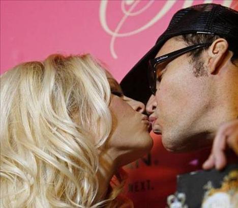 Pamela Anderson...  Eski kocası Tommy Lee ile balayında yaptığı seksi videoya çekti.