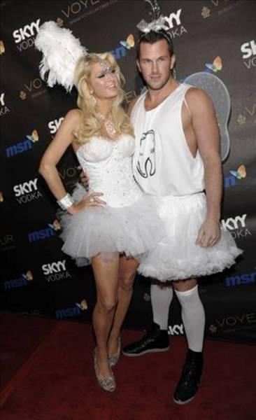 Paris Hilton...  Ünlü sosyelitin, sevgilisi Rick Salmon'la bir otel odasındaki sevişme görüntüleri nete düştü.