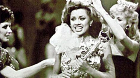 Vanessa Williams   1983 yılında ABD'nin ilk Afro-Amerikan kökenli güzellik kraliçesi seçildi.   Ama tacı elinden alındı. Çünkü Williams'ın kraliçe olmadan önce bir başka kadınla birlikte çekilen üstsüz fotoğrafları ortaya çıkmıştı. Williams bu fotoğrafların bir fotoğrafçıya asistanlık yaptığı sırada çekildiğini söyledi.