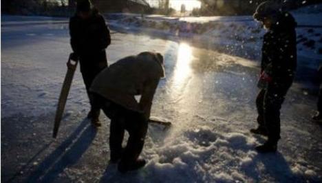 İnşaat işçisi olan gruptan Anders Ronie, kışın buzları kırıp denize girmenin insanın seks gücünü arttırdığını öne sürüyor.   Grup bunun için buz üzerinde açtıkları bir kişilik delikten kendilerini buzun altındaki soğuk suyun içine sırayla bırakıyor.