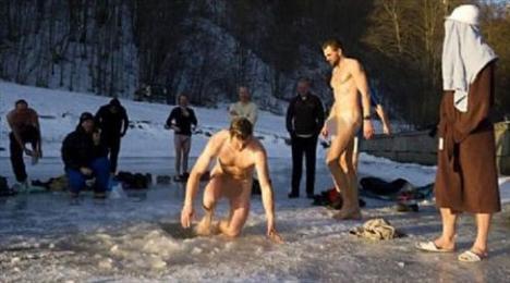Rusya'dan çekilen bu fotoğraflar ise dini bir ritüel için her yıl tekrarlanıyor.