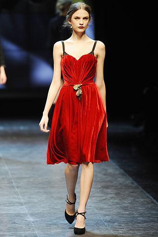 Dolce & Gabbana  Pileli kırmızı bir elbise tercih ettiyseniz altına bilekten bağlamalı siyah ayakkabı giyebilirsiniz