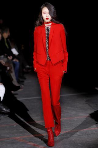 Givenchy  Kırmızı takım elbiseyle maskülen bir görünüme sahip olabilirsiniz