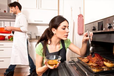 """Fırını kapat Doğru duydun: Yemeğin altını düşündüğünden üç dakika önce kapat. Yemek yazarı ve food52.com'un kurucularından Merrill Stubbs. """"Fazla pişirmek hem lezzeti hem de besin değerini yok eder. İç ısı, sen yemeği fırından ya da ocaktan aldıktan sonra yemeğin pişmeye devam etmesini sağlar. O yüzden yemeği, servise başlamadan önce birkaç dakika beklet"""" diyor."""