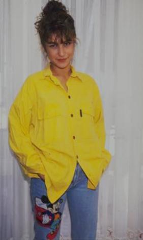 Bu genç kız 1990'larda TV ekranlarının en güzel yüzlerinden biriydi...   Konservatuar eğitimi görmüştü. Milyonlar onu ilk olarak sesiyle tanıdı...   Daha sonra da yine dönemin önde gelen DJ'lerinden Romina Özipekçi ile birlikte program yapmaya başladılar.