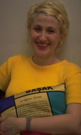 Hatıhan'ın bir dönemdeki partneri Romina Özipek de önce sesiyle sonra görüntüsüyle milyonların hafızasında yer etti.