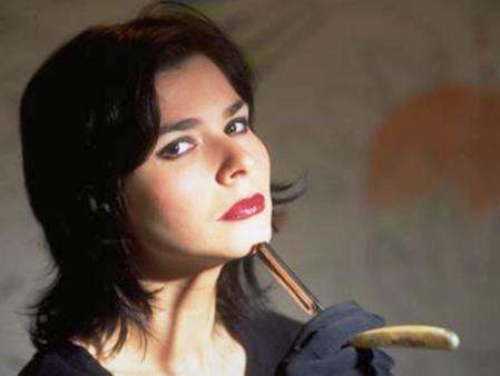 Ayça Şen, radyo ve TV'lerin en renkli simalarından biri olarak hafızalara kazandı.