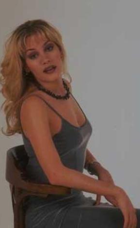1974 doğumlu Cündübeyoğlu, 1993'te Türkiye dördüncü güzeli seçildi.   Annesi Hülya Cündübeyoğlu da 1970 yılında Türkiye dördüncü güzeli unvanını almıştı.