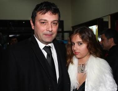 Dümer, şimdi 45 yaşında, Serpil Çakmaklı ile olan evliliğinden Merve adında bir kızı var.