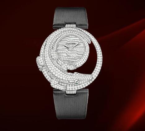 CARTIER Timsah motifli saat Le Cirque Animalier de Cartier Koleksiyonu'nun (Cartier Hayvan Sirki) en özel tasarımlarından biri. Bu eşsiz timsah motifli saat beyaz altın, pırlantalar ve zümrütlerden oluşuyor. Bu seride bütün hayvanların gözleri zümrütlerle süslenmiş. Seri beyaz altın, pembe altın, bolca pırlantadan oluşuyor ve bu saatler 3 metreye kadar su geçirmez olma özelliği taşıyor.