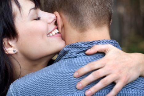 """1) Ona erotik bir şeyler fısıldayın! Bir sevgilim var o zamanlar fi tarihinden bahsediyorum... Adamla dünyanın en romantik ilişkisini yaşıyorum böyle, saatlerce bakışmalar, gecelerce mesajlaşmalar, aşk mektupları falan filan. Benden bahsederken kırılgan bir çiçekten bahsediyor sanki öylesine naif. Şöyle düşün biz aylarca seks namına sadece dudaktan öpüştük, tabii bunun bir nedeni de mekan sıkıntısı çekmemizdi ama olsun. Neyse geldi çattı ilk birlikte olacağımız o gün. Yataktayız, hoppala paşam yaz geldi olayına girdi gircez tam. Bu durdu, elleriyle saçlarımı geriye atarak """"Benimle konuşsana"""" dedi. Ben bir kaldım ne diyeceğimi de bilemedim, hıh ne anlamadım falan derken; """"Beni azdır"""" dedi. Tövbeler olsun be herif, daha azmadın mı? Yüzüne gözüne dursun 3 saattir her yanımı tükürük içinde bıraktın da daha ne istiyorsun. Sonra olayın küfürlü konuşmak olduğunu anladım da anlamasına. O kadar kibar bir adam ki """"salak"""" desem klozet üzerinde ağlayacak gibi duruyor. Gözüne bakıyorum, o bana bakıyor """"hadi"""" deyip duruyor. İyi bari dedim, """"Pipin çok güzel"""" diye çıkıverdi ağzımdan. Adamın bütün iştahı bitti yemin ederim. Pipi dedim diye bana bir bakışı vardı hala mıh gibi aklımda."""