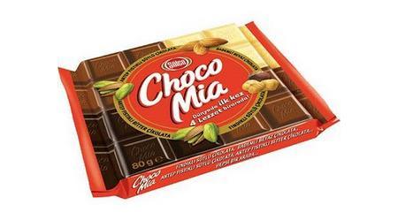 Şölen Choca Mia Antep Fıstıklı Bitter + Sütlü Çikolata  Paketin yarısı sütlü, yarısı bitter çikolatadan oluşuyor. Her iki bölüm de yüzde 20 oranında Antep fıstıklarıyla harmanlanmış. Bitter kısım yüzde 55, sütlü kısım ise yüzde 35 kakao kuru maddesi içeriyor. Antep fıstığı, çikolatalara başka birçok besin öğesinin yanı sıra ekstra fosfor, demir, manganez ve B6 vitamini katıyor.  100 gr.'da;   555.3 kcal. enerji,   39.8 gr. yağ,   11.1 gr. protein