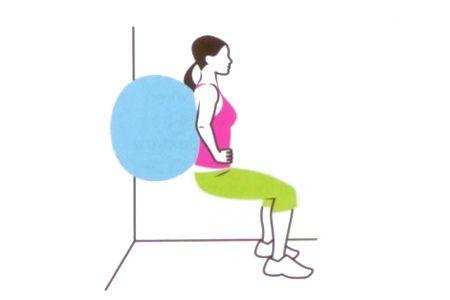 4 ISEOMETRİC WALL SQUAT Büyük bir denge topunu sırtın ve duvar arasında sıkıştır. Sandalyeye oturur gibi squat yapmaya başla. Dizlerin 90 derece bükülü olduğunda dur, topuklarını yere basıp pozisyonu koru.