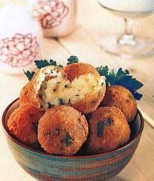 Patates köftesi  Malzemeler:  1 kg patates,  200 gr kaşar peyniri, 1 kahve fincanı patates nişastası, 3 yumurta,  2-3 yemek kaşığı un, tuz, karabiber, sıvı yağ.  Hazırlanışı:  Patatesleri kabuklarıyla haşlayın. Yumuşayınca kabuklarını soyup ezin. Un dışındaki diğer malzemeleri ekleyip köfte harcı yapın. (Harç elinize yapışıyorsa, biraz daha nişasta ekleyin) Dilediğiniz şekilde köfteler yapıp, una bulayın ve kızgın yağda kızartın.