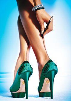Bacaklara eyeliner  Desenli çorapların ne kadar seksi olduğunu söylemeye gerek yok. Erkek arkadaşınızı yemeğe davet edin. Kısacık etek giyip, bacağınızın arkasına, ortadan siyah eyeliner ile düz bir çizgi çekin. Topuklu ayakkabılarla birlikte seksiliğe seksilik katacağına emin olabilirsiniz