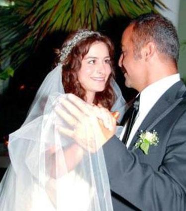 """""""Ben seninle evleneceğim""""  Yılmaz Erdoğan ile arkadaşken de ona aşık olduğunu söyleyen Beçlim Erdoğan evlilik teklifini şöyle anlatıyor:  """"Oyunculuk üzerine sohbet ederken birden 'Ben seninle evleneceğim' deyip güldü.  O  zaman da hayrandım ona ama 'Bu ünlüler ne acayip ' diye düşünmüştüm. Aradan zaman geçip evlenme teklif ettiğinde ise 'Ben sana dememiş miydim?' dedi. Unutmamış yani o anı. Çeşme de bir tatilde 'Benimle, elimizin uzandığı her yere iyilik ve güzellik götürmeye var mısın? Benimle evlenir misin?' diye sordu. Ve coşkulu bir 'Evet' yanıtı aldı. Çifti mutlu evliliğinden Rodin adını verdikleri bir bebekleri oldu. Yılmaz Erdoğan ile arkadaşken de ona aşık olduğunu söyleyen Beçlim Erdoğan evlilik teklifini şöyle anlatıyor:  """"Oyunculuk üzerine sohbet ederken birden 'Ben seninle evleneceğim' deyip güldü.  O  zaman da hayrandım ona ama 'Bu ünlüler ne acayip ' diye düşünmüştüm. Aradan zaman geçip evlenme teklif ettiğinde ise 'Ben sana dememiş miydim?' dedi. Unutmamış yani o anı. Çeşme de bir tatilde 'Benimle, elimizin uzandığı her yere iyilik ve güzellik götürmeye var mısın? Benimle evlenir misin?' diye sordu. Ve coşkulu bir 'Evet' yanıtı aldı. Çifti mutlu evliliğinden Rodin adını verdikleri bir bebekleri oldu."""