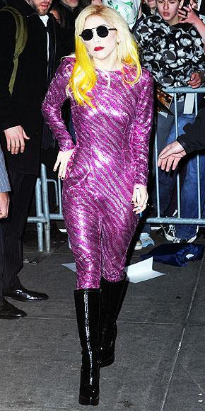 Disko kraliçesi  Lameler, doreler ve payetlerle dans pistine çıkın!    Bianca Jagger'ın Studio 54'teki halini gözünüzün önüne getirin ve ona yerlere kadar uzanan ışıltılı şifon bir elbise ile hafif  Yunan tanrıçası görünümünü ekleyin.    GİYİN: Kocaman bir gülümseme ve upuzun topuklar.  DİNLEYİN: Donna Summer, Sylvester  ve Chic YİYİN: Karides kokteyl, peynir ve çikolata fondü.  İÇİN: Snowball (2 ölçü Advocaat likör, limonata ve misket limonu)