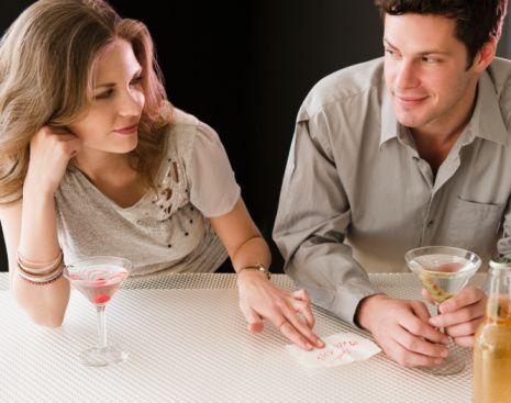İlk sinir olduğunuz özelliğine dikkat! Hesabı size mi ödetti? Son anda randevuyu mu iptal etti? Sizi yeterince dikkatle dinlemedi mi? Aşırı kıskançlık mı yaptı? İlk günlerde ya da ilişki öncesi dönemde ilk sinir olduğunuz tavrını görmezden gelmeyin. Heyecanın sarhoşluğu ile bunları geçiştirebilirsiniz ya da onun zamanla değişeceğini düşünebilirsiniz. Ancak yine de yaşadıklarınızın farkında olun. Ne kadar sinir oldunuz bu tavrına? Bu hissinize 1'den 10'a kadar bir not verin, ilişkinin ilk ayları için bu rakamı beş ile, ilk yılları için ise on ile çarpın. Katlanabileceğiniz ve idare edebileceğiniz bir düzeyde mi yoksa hayat onunla katlanılmaz mı olur?